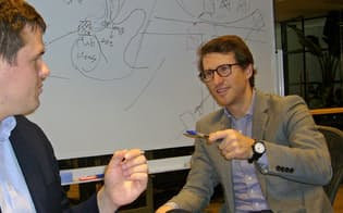 34歳でいきなり最長5年の在留許可をもらった米国人のヘネシーさん(写真右、東京都渋谷区のオフィス)