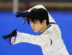 フィギュアスケートのオータム・クラシック、男子フリーで厳しい表情で演技する羽生結弦(15日、バリー)=共同
