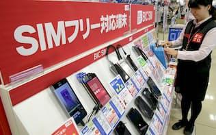 総務省の政策を受けて格安スマホのシェアは順調に増えてきている(東京都新宿区の「ビックロ ビックカメラ新宿東口店」)