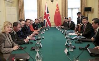 21日、ロンドンで首脳会談を行うキャメロン首相(左から4人目)と習近平国家主席(右から2人目)=AP