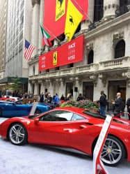 上場を記念しNY証取の前にはフェラーリ車が並んだ(21日、ニューヨーク)