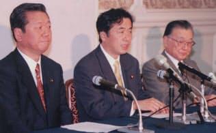 共同会見する(左から)小沢自由党党首、菅民主党代表、不破共産党委員長(98年6月11日、国会内)