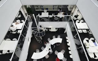 佐藤総合計画は裁量労働で働く人たちが一体感を失わないよう、会議・談話スペースを大きく広げた(東京都墨田区の本社)