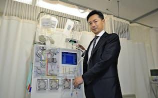 免疫療法に使う機器の前に立つテラ社長・矢崎雄一郎氏