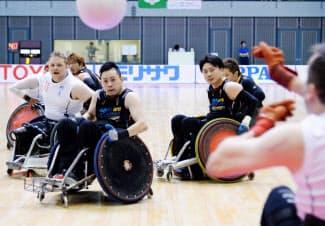 車いすラグビーの国際大会でプレーする日本代表選手ら(5月22日、千葉市中央区の千葉ポートアリーナ)