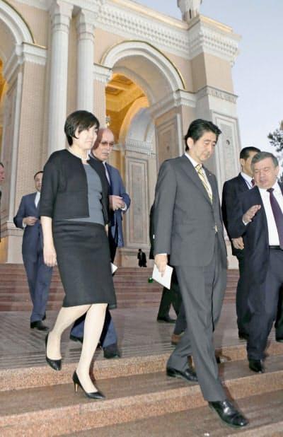 ナボイ劇場でのコンサート鑑賞を終えた安倍首相夫妻(25日、タシケント)=共同