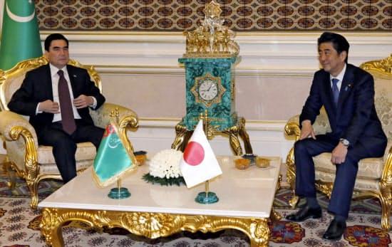 トルクメニスタンのベルドイムハメドフ大統領(左)と会談する安倍首相(23日、アシガバート)=共同