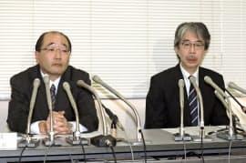 記者会見する三省堂の福井昇取締役(左)ら幹部(30日、東京都千代田区)=共同
