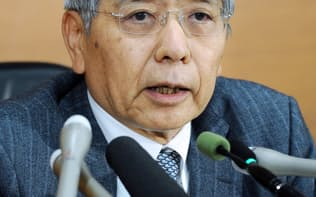 記者会見する日銀の黒田総裁(30日午後、日銀本店)