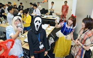 業務終了後に会議室に集まりハロウィーンパーティーをするIT企業の社員(29日、東京都渋谷区のキャスレーコンサルティング)