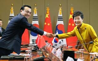 会談を前に握手する中国の李克強首相(左)と韓国の朴槿恵大統領=31日、ソウルの青瓦台(代表撮影・共同)