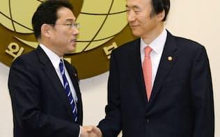 会談を前に握手を交わす岸田外相(左)と韓国の尹炳世外相(1日、ソウル)=共同