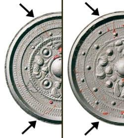 ヘボソ塚古墳の三角縁神獣鏡(左)と鶴山丸山古墳のもの。それぞれの鏡の矢印部分で、同じ鋳型の傷を示すしわが確認された(東京国立博物館蔵)=奈良県立橿原考古学研究所提供