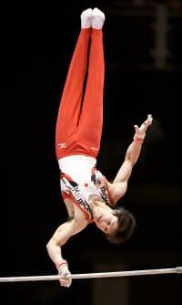 体操の世界選手権男子種目別鉄棒で優勝した内村航平の演技(1日、英グラスゴー)=共同