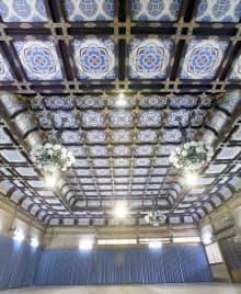 シャンデリアなど意匠を凝らした恩賜講堂の天井