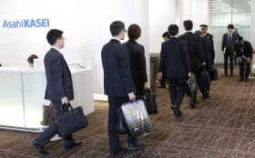 旭化成建材の立ち入り検査に向かう国交省の職員(2日午後、東京都千代田区)