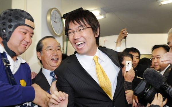 大阪府知事選で初当選を確実にし喜ぶ橋下氏(2008年1月)