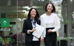 パートナーシップ証明書を手に区役所を出る増原裕子さん(左)と東小雪さん(5日午前、東京都渋谷区)=写真 淡嶋健人