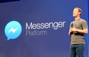 対話アプリ「メッセンジャー」のプラットフォーム戦略を発表するフェイスブックのザッカーバーグ最高経営責任者(CEO)