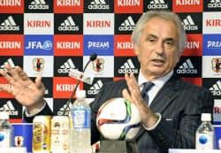 W杯ロシア大会アジア2次予選のメンバーを発表し、記者の質問に答えるサッカー日本代表のハリルホジッチ監督(5日、東京都文京区)=共同