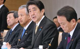 「未来投資に向けた官民対話」であいさつする安倍首相(5日、首相官邸)