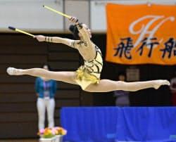 女子個人総合で優勝した河崎羽珠愛のクラブ(7日、岐阜メモリアルセンター)=共同
