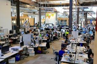 フェイスブックの新社屋では大きな部屋で2800人が一緒に仕事をする