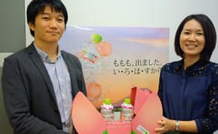 発売前にプレゼントしたパッケージを持つ、日本コカ・コーラの銭高氏(左)と渡辺氏
