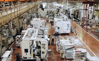 ヤマザキマザック美濃加茂製作所で稼働する複合加工機の生産ライン(2013年10月、岐阜県美濃加茂市)