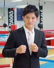 プロ転向を表明し、ポーズをとるボクシングの井上浩樹(12日、横浜市の大橋ジム)=共同
