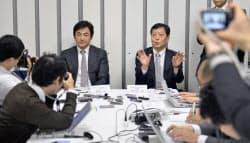 経営統合への準備の進捗について説明する、昭和シェル石油の渡辺宏執行役員(左)と出光興産の丹生谷晋取締役(12日午後、東京都千代田区)=共同