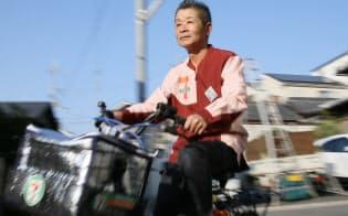 セブンイレブンで週2日一回2時間勤務する北山靖美さんは自転車で配達に回る(大阪府柏原市)
