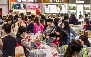 ソウルの免税店は化粧品などを購入する中国人観光客らでにぎわう(ソウル中心部のロッテ免税店)