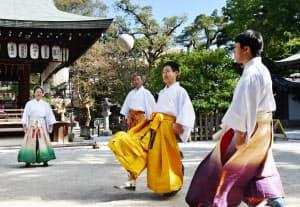 蹴鞠の練習をする蹴鞠保存会の人たち(京都市上京区の白峯神宮)