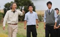 高校生に限界集落などについて説明する浜口孝さん(左)
