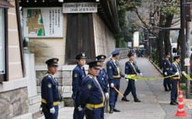 靖国神社で爆発音があり、周辺を警戒する警察官(23日午前、東京都千代田区)=写真 上間孝司