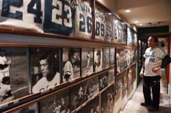 スポーツバー「難波のあぶさん」店内には南海時代のユニホームや写真が並ぶ(大阪市中央区)