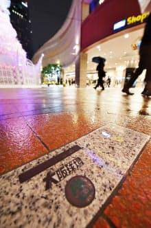 大阪球場跡地に建った「なんばパークス」にはひっそりとモニュメントがある(大阪市浪速区)