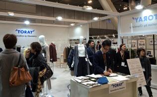 「プレミアム・テキスタイル・ジャパン2016秋冬」には多くの人が集まった(11月26日、東京・有楽町)
