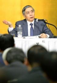 中部経済界との会合で質問に答える日銀の黒田総裁(30日、名古屋市内のホテル)=共同