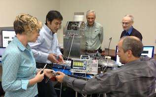 米国人技術者とDNAシーケンサーの開発に取り組むクオンタムバイオシステムズ