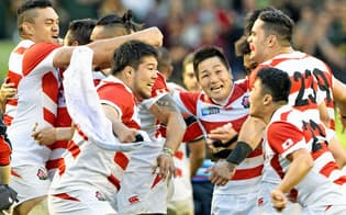 ラグビーW杯で南アフリカに勝利し、大喜びの日本フィフティーン=19日、英国南部ブライトン(共同)