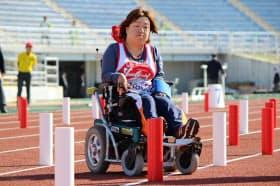 電動車いすを操作して障害物の間を走り抜ける速さを競う陸上のスラローム
