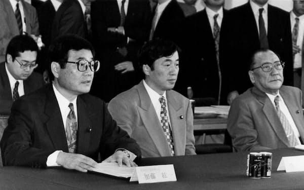 ウルグアイ・ラウンド合意による国内農業対策費について与党政策調整会議で協議する自民党の加藤紘一政調会長(左)ら(1994年10月、衆院第一議員会館)
