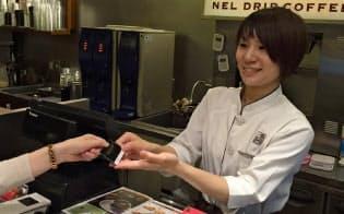 小銭要らずで素早く支払えるのも利点(東京・港の上島珈琲店)