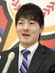 契約更改交渉を終え、記者会見する日本ハムの有原(3日、札幌市の球団事務所)=共同