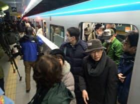 東西線の一番列車には400人あまりが乗り込んだ(6日、仙台市若林区の荒井駅)