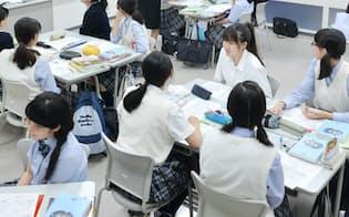 世界史Aの授業でグループディスカッションをする生徒たち(東京都中央区の日本橋女子学館高校)