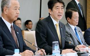 経済財政諮問会議であいさつする安倍首相(7日午後、首相官邸)