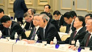 日中CEOサミットであいさつする中国の曽培炎元副首相=前列中央(11月13日、東京都文京区)=共同